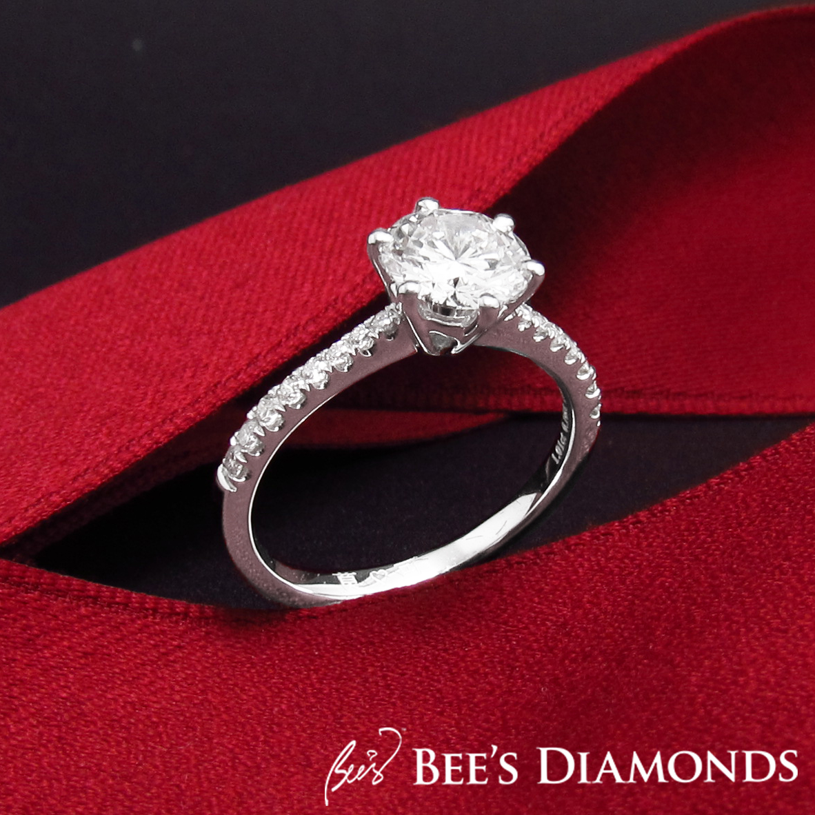 Solitaire diamond ring with decreasing size of small diamonds on bands